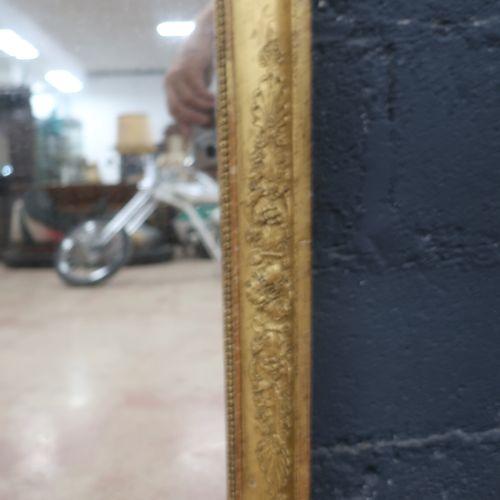 Glace rectangulaire d'époque Restauration en bois stuqué doré à décor de palmett…