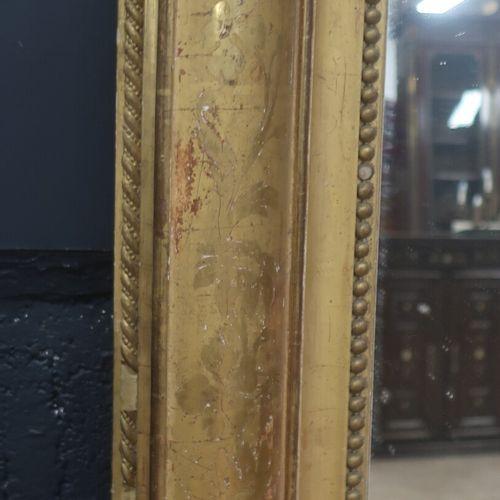 Grande glace à suspendre d'époque Napoléon III en bois doré stuqué à décor en ha…