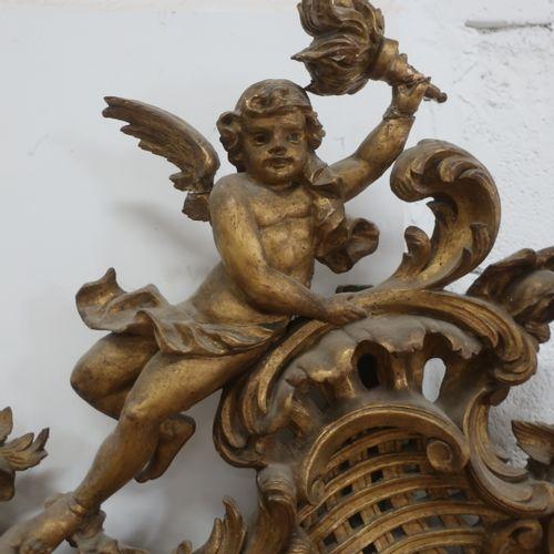 Grande glace de style Louis XV en bois doré sculpté et ajouré à riche décor roca…