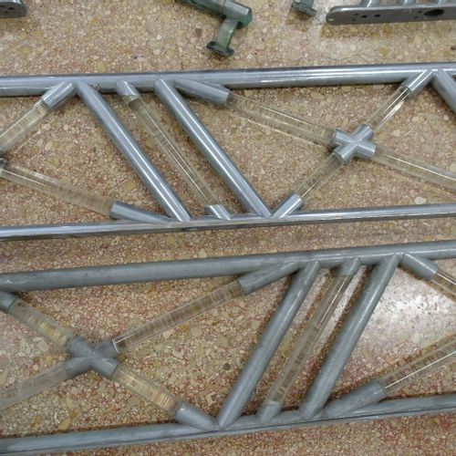 Ensemble de quatre éléments de rampes d'escalier, années 1970, en acier chromé e…