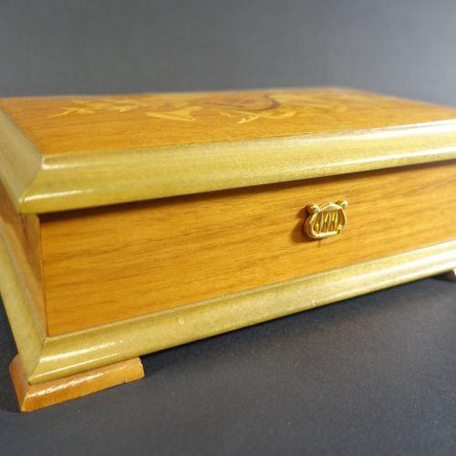 REUGE Sainte Croix : Boite à musique de forme rectangulaire en bois verni marque…