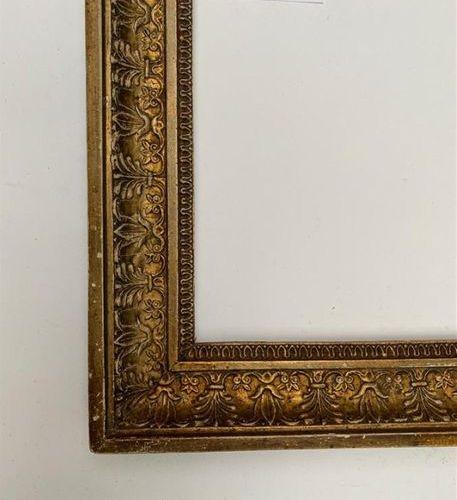 CADRE en bois et pâte doré à décor de palmettes et rais de coeur. Epoque Empire …