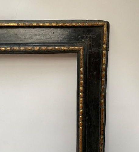 """CADRE dit """"à Cassetta"""" en bois noirci et doré, feuillure et bordure en chapelet …"""