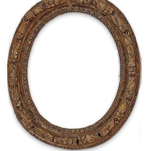 CADRE à vue ovale en bois sculpté et anciennement doré à décor principal de tors…