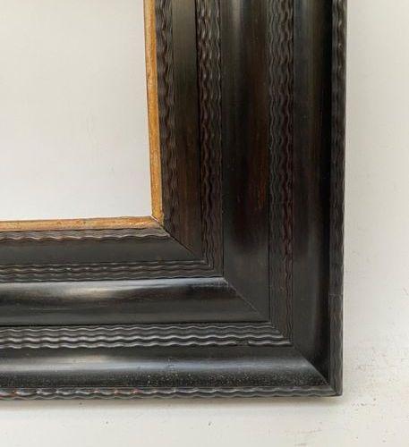CADRE en placage d'ébène et feuillure dorée à décor guilloché. Pays Bas, XVIIème…