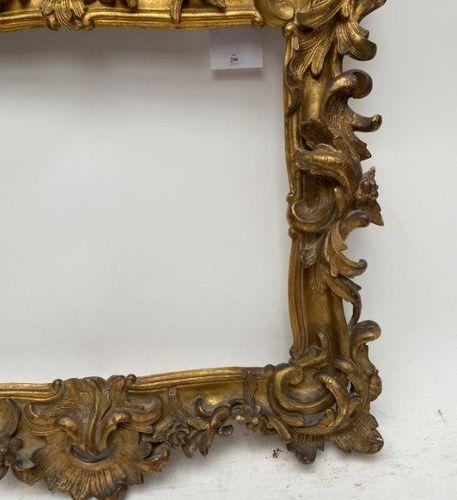 CADRE en bois sculpté et doré à décor ajouré de larges agrafes rocaille, feuillu…