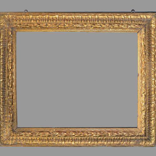 Grand et exceptionnel CADRE à profil renversé en bois sculpté et doré à décor de…