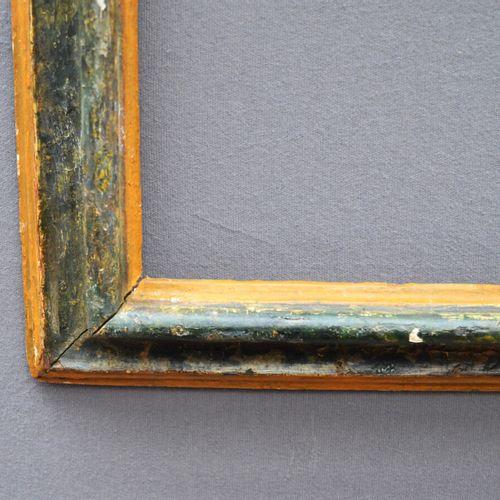 CADRE à profil renversé en bois rechampi jaune et marbré vert.  Italie, Les Marc…