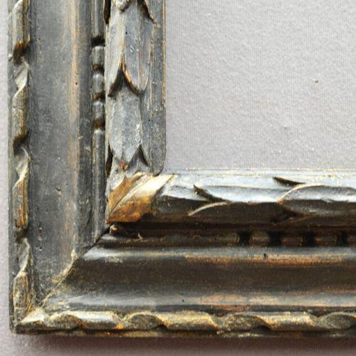 CADRE à profil renversé en bois noirci et doré à motif de tors de laurier et fri…