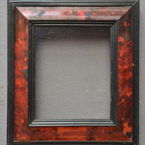 Petit CADRE à profil renversé en placage d'écaille, feuillure et bordure en bois…
