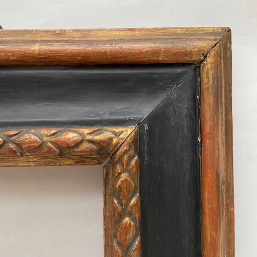 PAIRE de CADRES à profil renversé en bois mouluré sculpté, renoirci et doré, feu…
