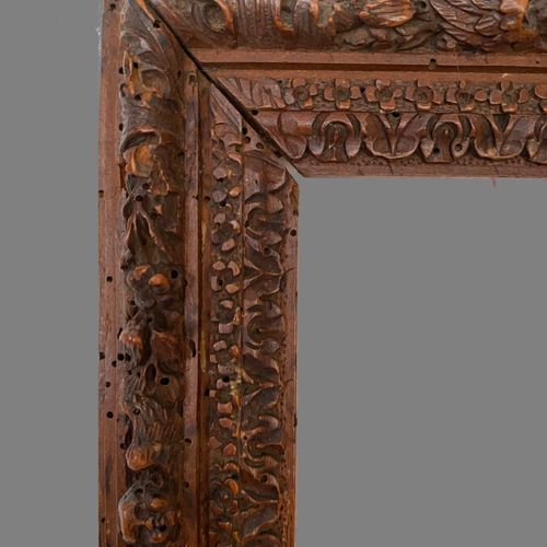 """CADRE dit de """"Sainte Lucie"""" en bois sculpté, à feuillure bordée de fleurettes et…"""