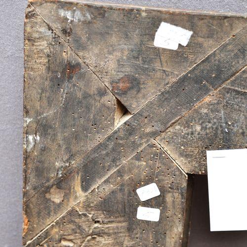 CADRE à profil renversé en bois mouluré et sculpté à décor de larges feuilles de…