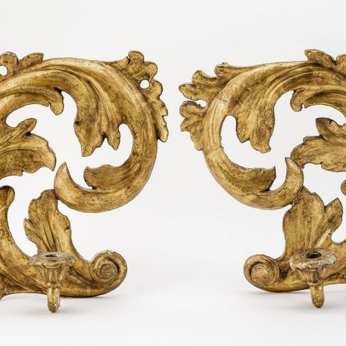Paar Wandappliken Wood, carved, gilded. Each Applike is formed by a volute, to w…