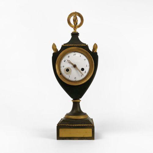 Pendule d'époque Empire  Tôle et bronze doré, H 39 cm
