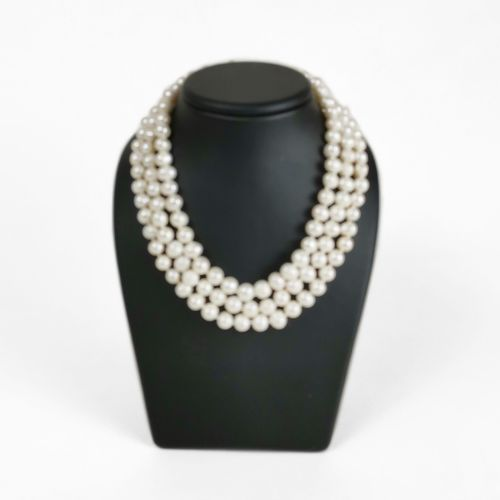 Collier tour de cou composé de trois rangs de perles d'eau douce  Fermoir en mét…