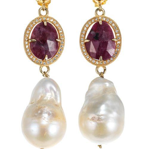 Pendants d'oreilles retenant une perle baroque rehaussée de rubis facettés entou…