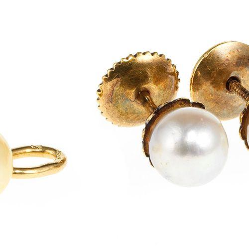 Lot d'un pendentif et d'une paire de clous d'oreilles sertis de perles  Or 750, …