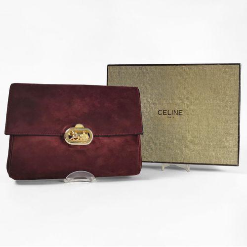 Céline, pochette à rabat  Cuir velours bordeaux, fermoir doré en forme de calèch…