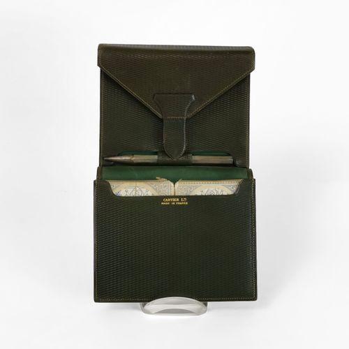 Cartier, étui contenant deux jeux de cartes  Cuir texturé kaki, garniture en mét…