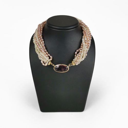 Collier tour de cou multi rangs  Composé de perles d'eau douce roses et blanches…