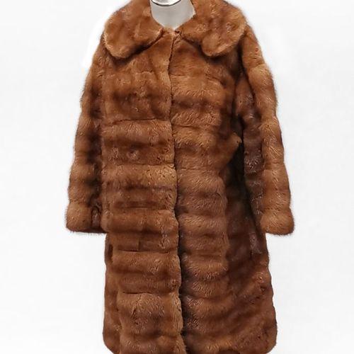 Manteau long  Fourrure de vison brun clair, fermeture à crochets, poche intérieu…