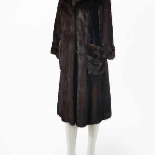 Canton Lausanne, manteau long  Fourrure de vison brun foncé, fermeture à boutons…