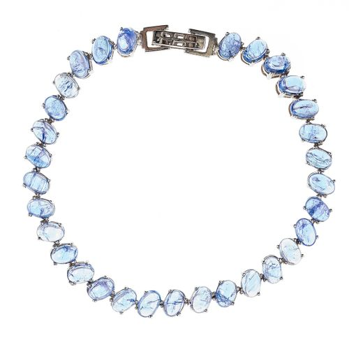 *Bracelet ligne composé de tanzanites taille cabochon serties en biais  Argent 9…