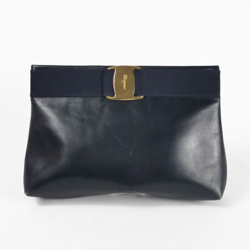 Ferragamo, sac pochette  Cuir marine, insert en gros grain ton sur ton et le nœu…