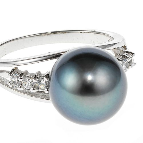 Bague sertie d'une perle de Tahiti (D env. 11 mm) épaulée d'oxyde de zirconium s…