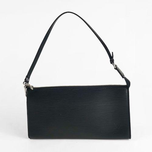 Louis Vuitton, pochette  Cuir Epi noir, garniture en métal argenté, fermeture Ec…