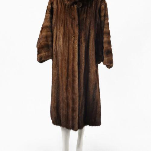 Manteau long  Fourrure de vison brun, fermeture à crochets, poches latérales