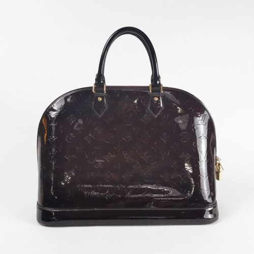 Louis Vuitton, Alma, sac à main  Cuir verni monogrammé rouge Amarante, garniture…