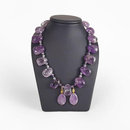 Lot d'un collier composé de perles d'améthystes polies avec ses pendants d'oreil…
