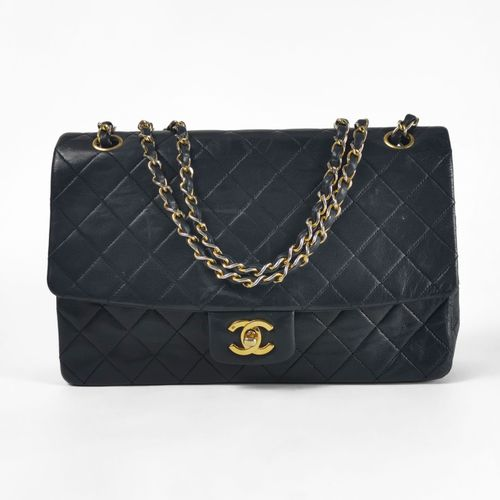 Chanel, Timeless, sac à main  Cuir bleu marine matelassé, bandoulière en métal d…