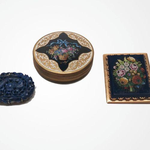 Broche à décor d'un bouquet de fleurs en micro mosaïque  Monture en or 750, tige…