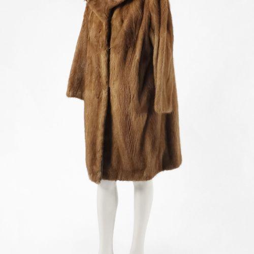 Manteau long  Fourrure en vison brun clair, fermeture à crochets, poches latéral…
