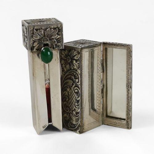Etui avec rouge à lèvres et miroir  Argent et cabochon de pierre verte, L 5,5 cm
