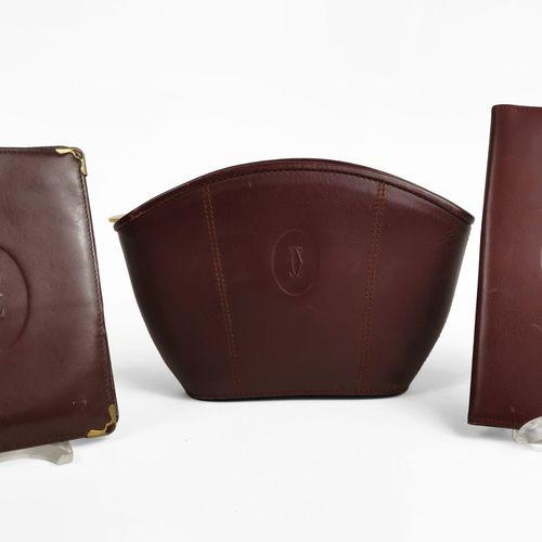Cartier, Must, une pochette, un étui à agenda et un portefeuille  Cuir lisse bor…