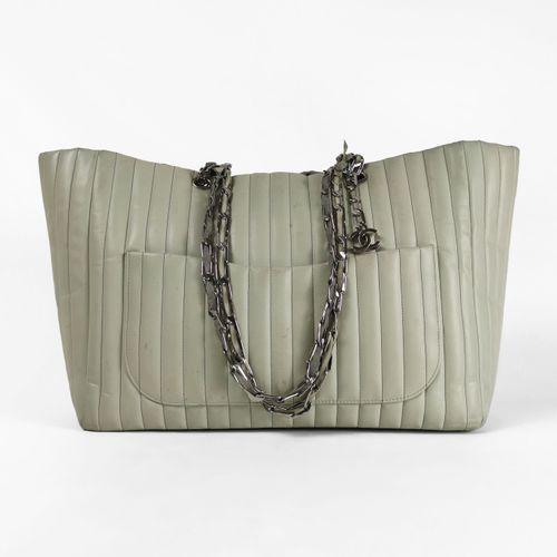 Chanel, sac porté épaule  Cuir vert d'eau, double bandoulières en métal argenté …