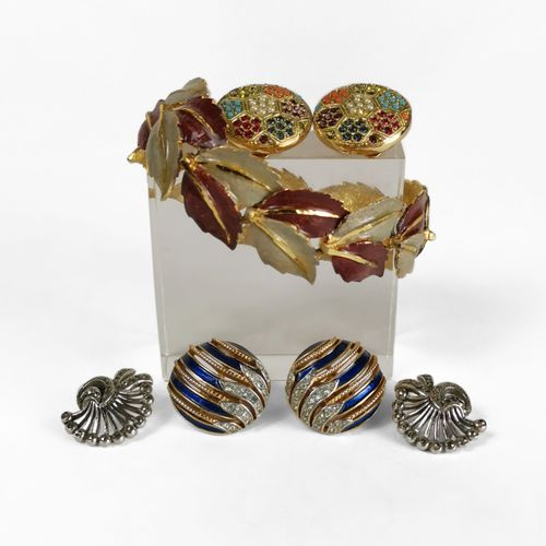 Lot de bijoux fantaisie  Comprenant deux paires de clips d'oreilles, l'une signé…
