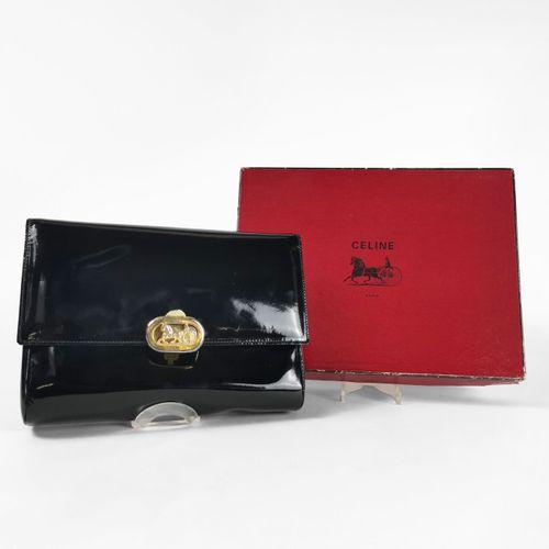 Céline, pochette à rabat  Cuir verni noir, fermoir doré en forme de calèche, hou…