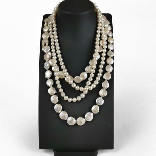 Lot de deux sautoirs, l'un composé de perles d'eau douce et l'autre de perles de…