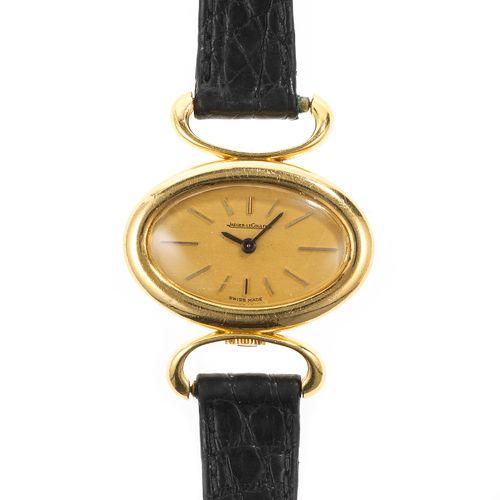 Jaeger LeCoultre, montre ovale mécanique  Cadran doré, aiguilles noires, index b…