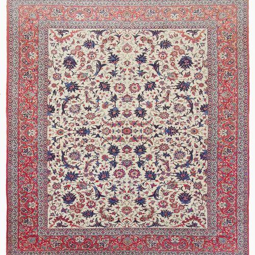 Tapis Iran  Laine à décor de rinceaux sur fond beige, bordure sur fond rouge, 37…