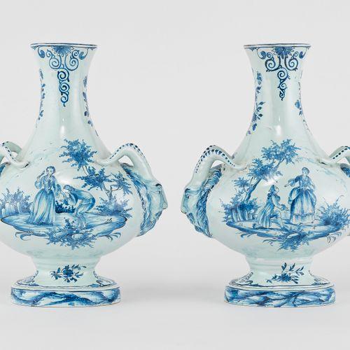 Paire de vases à anses boucs, Delft, XIXe s  Faïence émaillée bleu blanc à décor…