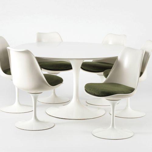 Table de salle à manger ronde et six chaises par Eero Saarinen (1910 1961) pour …