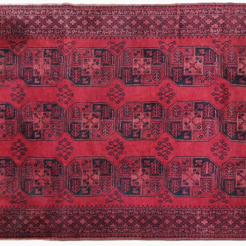 Tapis Ersari, Afghanistan, milieu XXe s  Laine à motifs de trois rangées de güls…