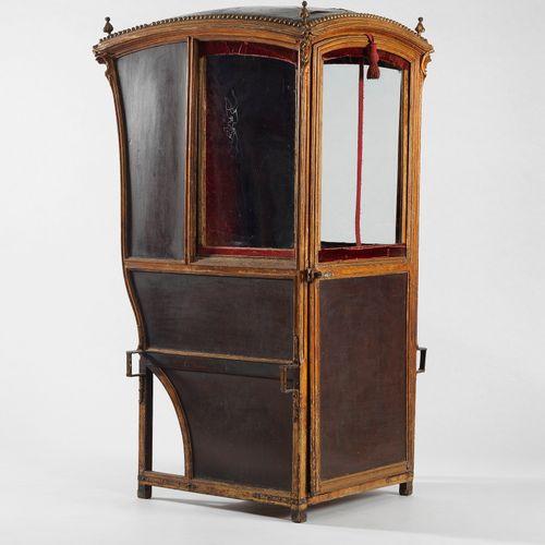 Chaise à porteur d'époque Louis XV  Bois sculpté et doré, cuir, H 163 cm