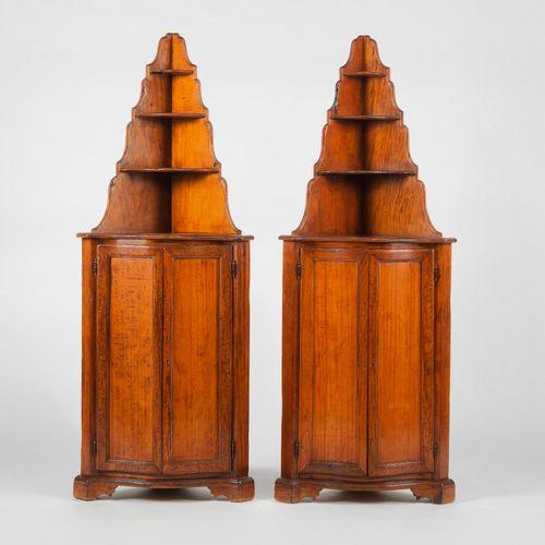 Paire d'encoignures surmontées d'étagères de style XVIIIe s  Noyer, 180x67x47 cm